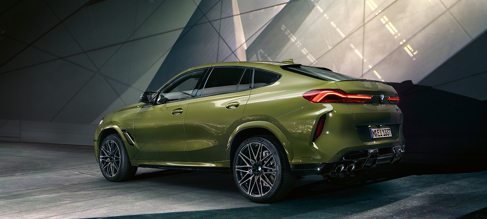 BMW X6 M Competition F96 2020 BMW Individual Special Paint Urban Green three-quarter rear view